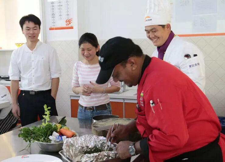 今天下午在海南新东方烹饪学校来了几位特殊的客人,他们是Club Med度假村行政总厨Don Puchon一行, 教同学们做地道的地中海风味烤鱼。 来自毛里求斯的大厨Don Puchon正在给同学们示范。  近距离观看的童鞋  简单绿色的食材  食材全部搭配就绪  进烤箱啦  在鱼烤制的过程中Club Med的工作人员给大家介绍这个度假村  来自法国的Club Med(地中海俱乐部)是度假连锁集团之一,自1950年创立以来,汇聚了来自世界各地的游客。从人间仙境的爱必浓到浪漫奢华的卡尼岛,从世外桃源般的珍拉丁